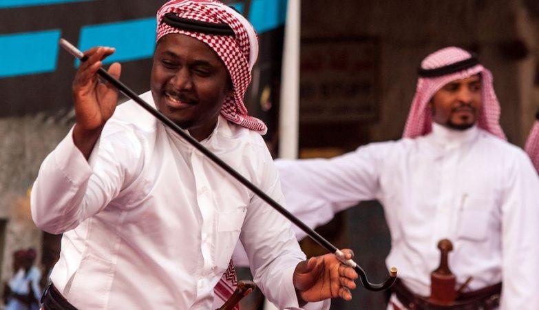 Um saudita faz uma Al Ardha, a dança tradicional da Arábia Saudita
