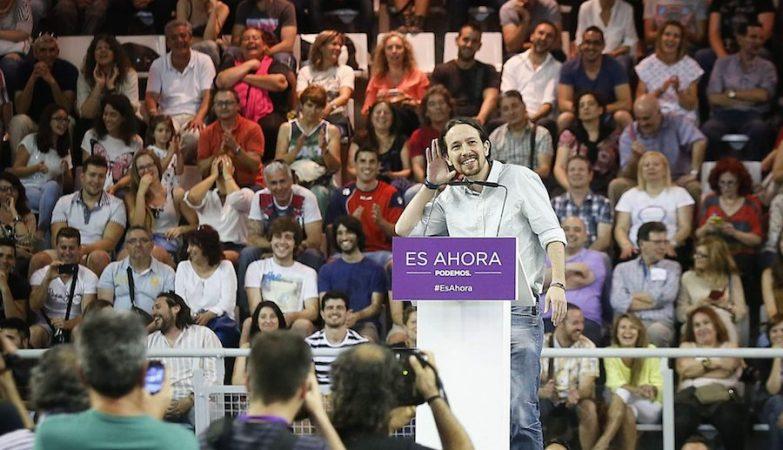 O secretário geral do Podemos, Pablo Iglésias, ouve a assistência cantar em coro a melodia da Marcha Imperial
