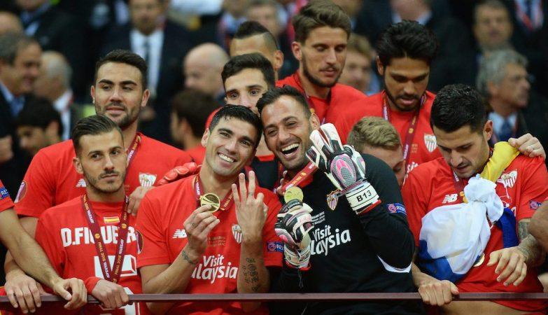 FC Dnipro vs Sevilla FC, final da Liga Europa 2015: Jose Antonio Reyes e Beto em primeiro plano, Carriço ao fundo