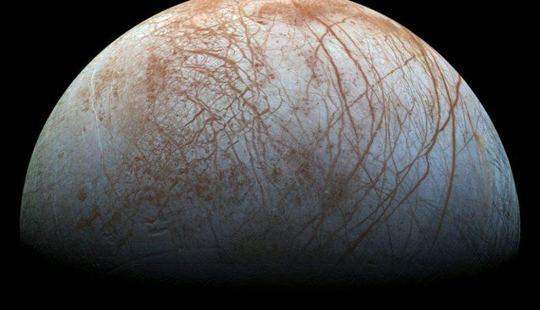A superfície brilhante de Europa, a misteriosa lua de Júpiter