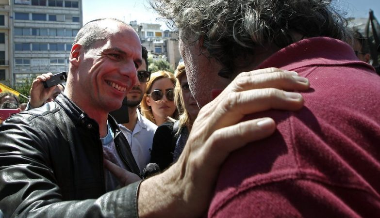 Yanis Varoufakis fala com manifestantes durante as comemorações do 1º de Maio em Atenas, Grécia