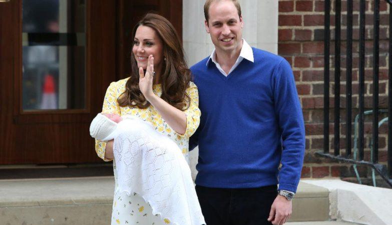 O príncipe William e a princesa Kate Middleton apresentam a mundo a princesinha recém-nascida