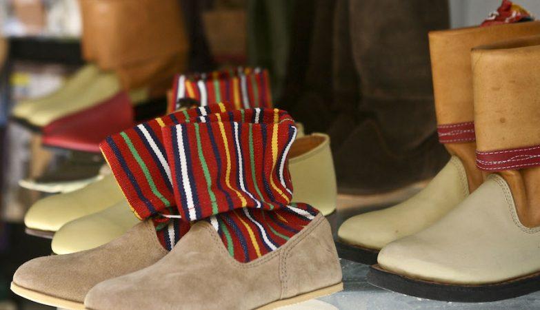 Exemplares de botas chãs em exibição numa pequena fábrica na Ribeira Brava, Madeira