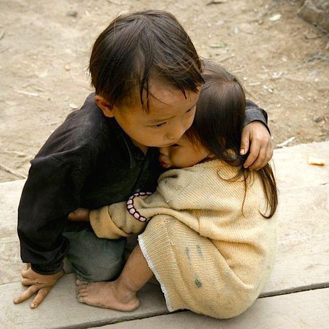 """A tofo de """"irmãos no sismo do Nepal"""" de 2015 foi tirada em 2007 no Vietname"""