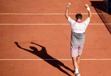 O tenista suíço Stan Wawrinka celebra a vitória do torneio Roland Garros, depois de bater o sérvio Novak Djokovic