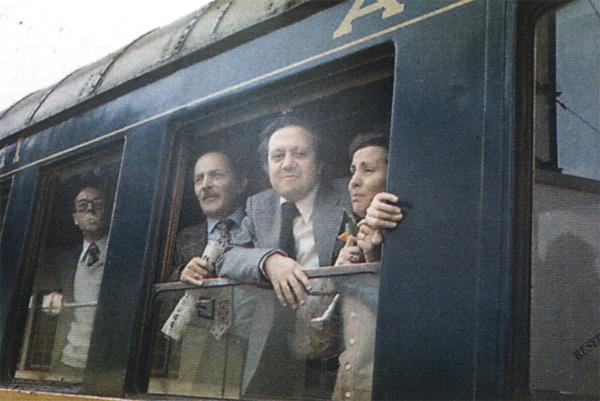 """Chegada a Santa Apolónia do """"Comboio da Liberdade"""", dia 28 de Abril de 1974: Mário Soares à janela com Maria Barroso e Tito de Morais"""