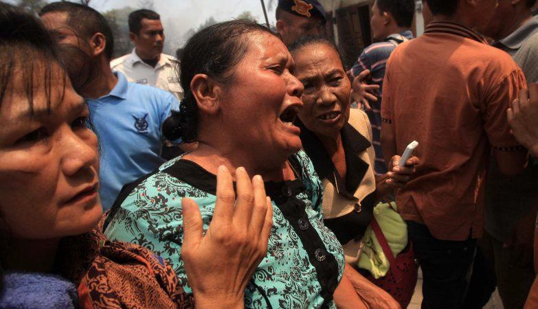 Familiares d euma das vítimas da queda de um avião militar numa zona residencial em Medan, Sumatra do Norte, Indonésia