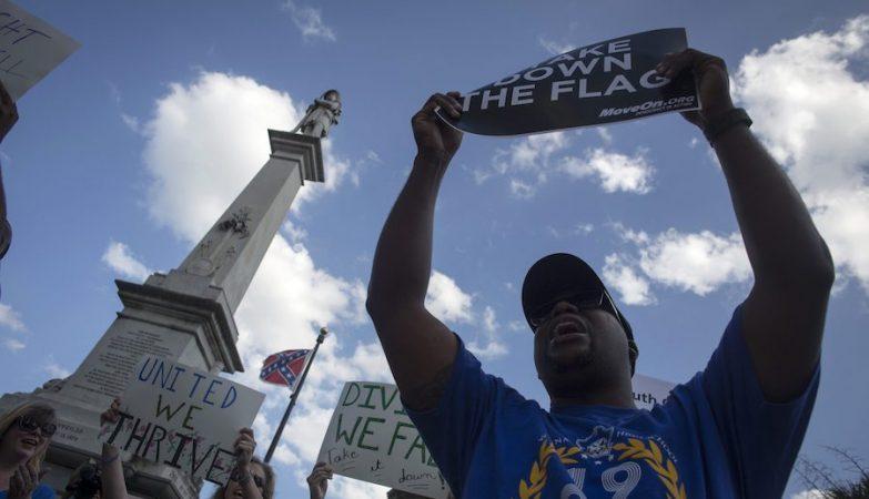 Milhares de manifestantes juntaram-se debaixo da controversa bandeira da Confederação hasteada junto ao Capitólio da Carolina do Sul