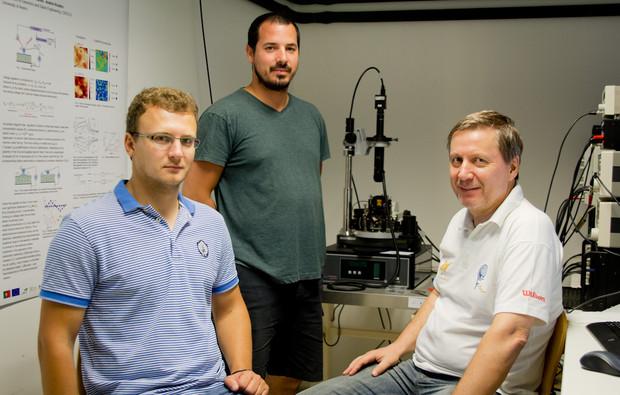 Sergey Luchkin, Gonçalo Cunha e Andrei Kholkin, investigadores do CICECO da Universidade de Aveiro