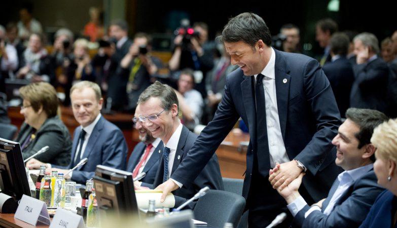 O primeiro-ministro da Itália, Matteo Renzi (de pé), com o primeiro-ministro da Grécias, Alexis Tsipras