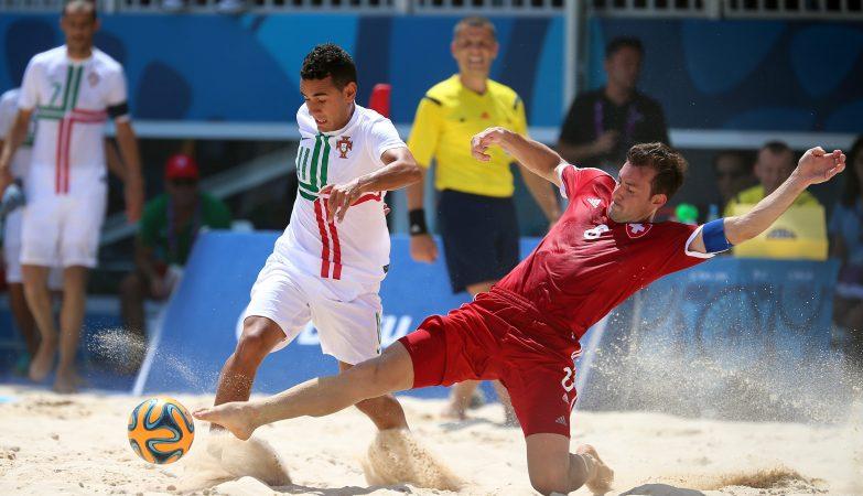 O português Bernardo Santos e o suíço Moritz Jaeggy na partida pela medalha de bronze do futebol de praia nos Jogos Europeus de Baku 2015