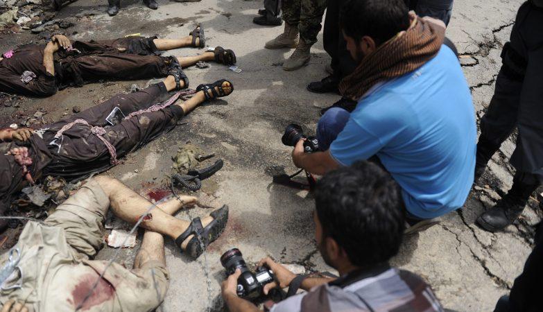 Um ataque com explosivos dos talibãs ao parlamento afegão, em Cabul, fez 18 mortos civis e terminou com a morte de 7 rebeldes