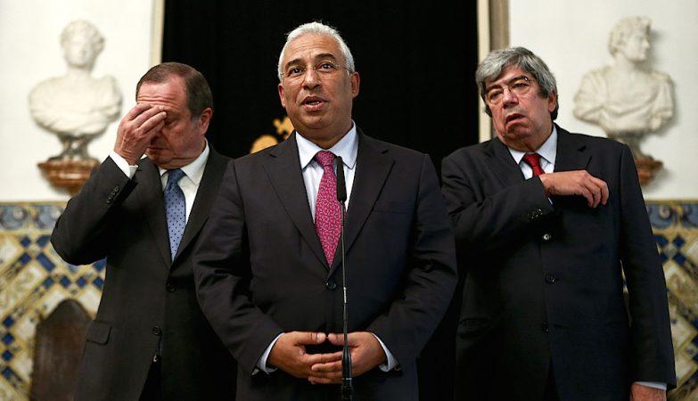 O secretário-geral do PS, António Costa, com Carlos César (esq) e Eduardo Ferro Rodrigues (dir)