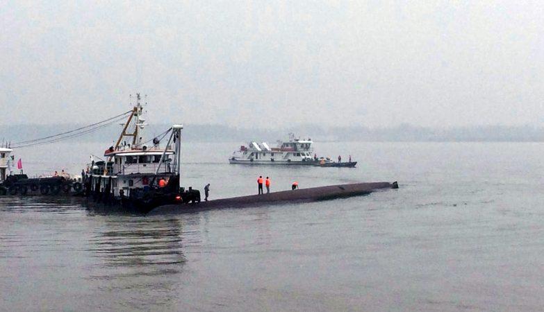 O navio Dongfangzhixing naufragou no rio Yangtze, na China, com 458 pessoas a bordo