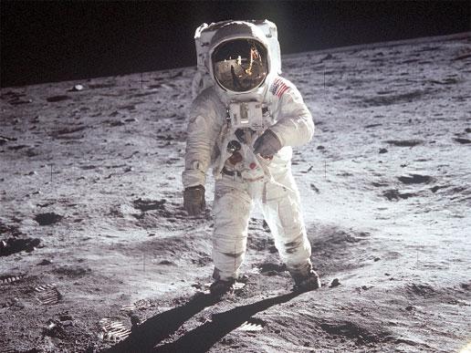Buzz Aldrin, astronauta da missão Apollo 11, caminha na superfície lunar perto do módulo Eagle