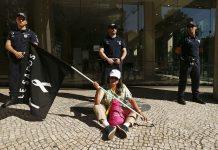 Manifestação dos lesados do papel comercial do BES, promovida pela Associação dos Indignados e Enganados do Papel Comercial, em frente a sede do Novo Banco, em Lisboa