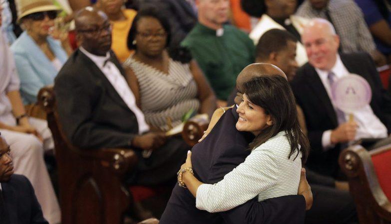 A governadora da Carolina do Norte, Nikki Haley, abraça o senador negro Tim Scott, na reabertura da igreja onde ocorreu o massacre de Charleston