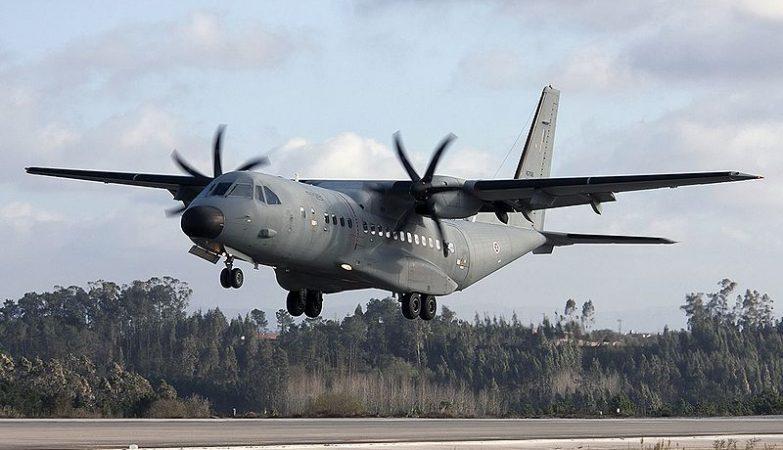 Uma aeronave Airbus CASA C-295M da Força Aérea Portuguesa aterra na base aérea de Monte Real