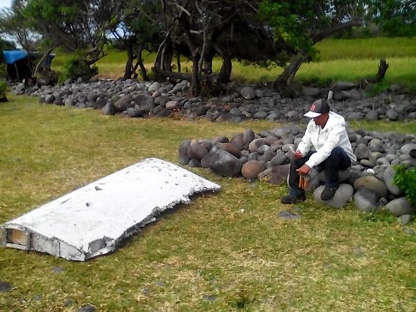 Peça da asa de um Boeing 777 encontrada numa praia na ilha francesa da Reunião pode ser do voo MH370 da Air Malaysia