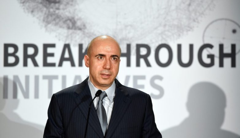 Yuri Milner (na foto) e Stephen Hawking anunciam o projecto Breakthrough Listen