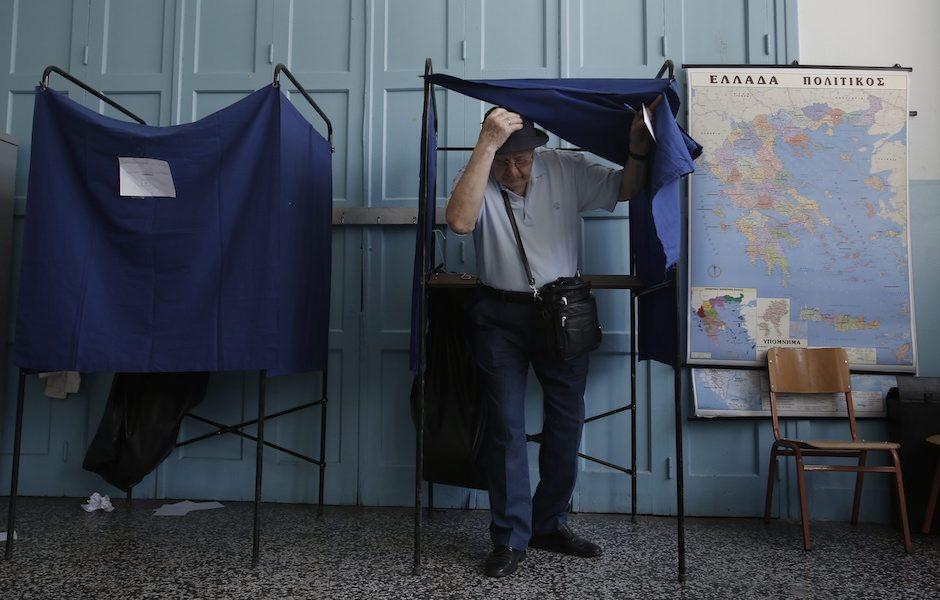 Eleitor à saída da cabine de voto no referendo grego
