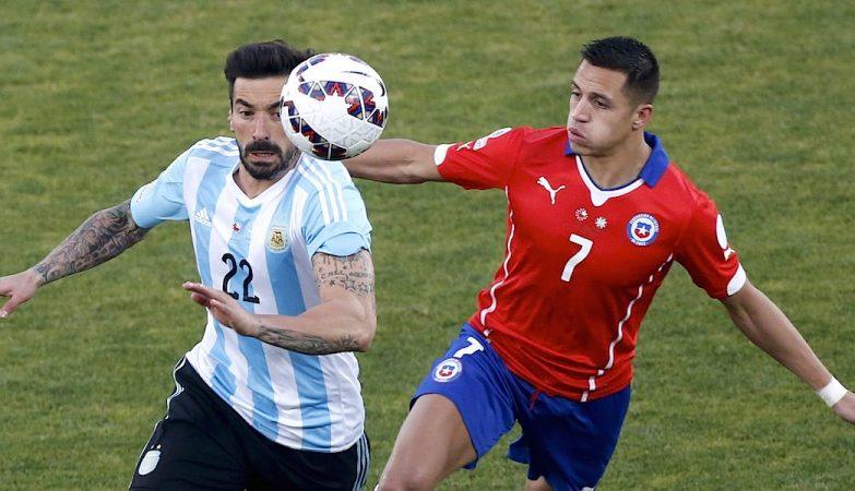 Ezequiel Lavezzi (E) e Alexis Sanchez (D), autor do penalty decisivo no Argentina-Chile, final da Copa América 2015