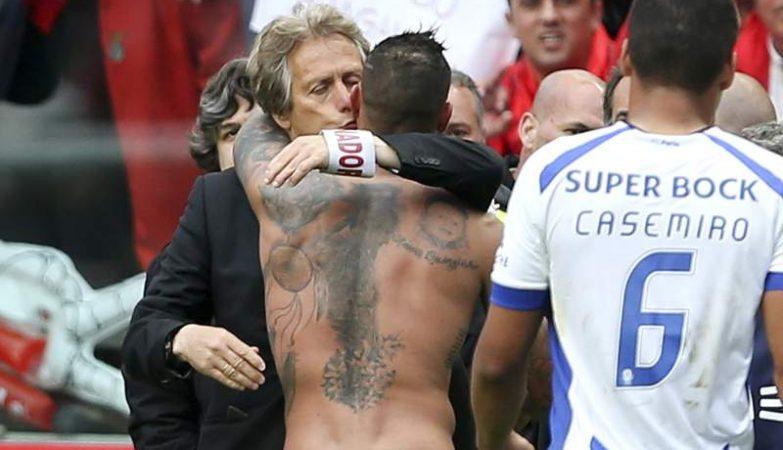 O abraço de Ricardo Quaresma a Jorge Jesus depois do Benfica - FC Porto de 29 de Abril foi visto com desagrado no Dragão.