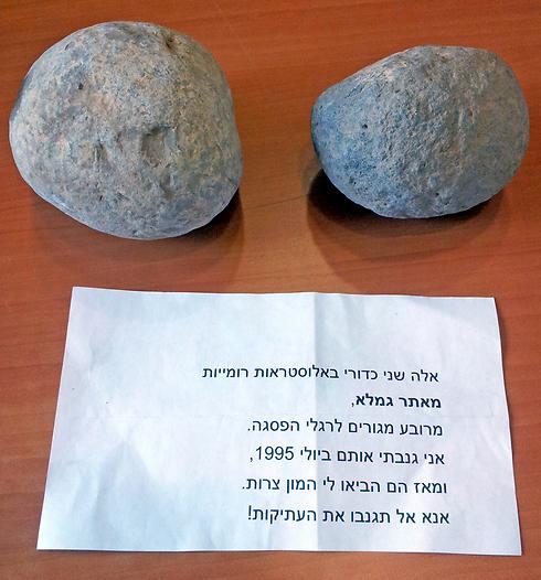 As duas pedras romanas da catapulta de Gamla roubadas, e a nota de devolução do ladrão