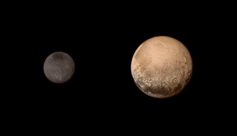 Plutão e o seu satélite Caronte (à esquerda)