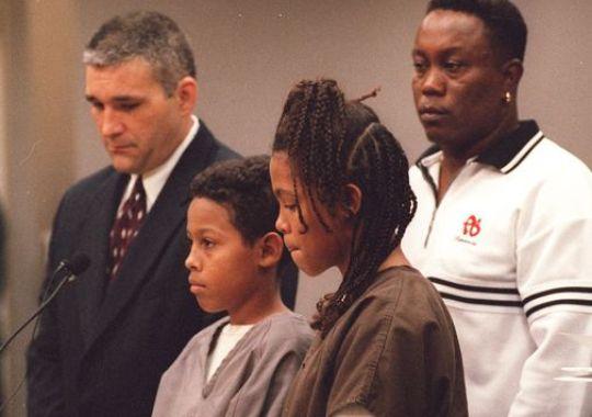 Curtis Jones, 12 anos, e a irmã Catherine Jones, 13 anos, durante o julgamento