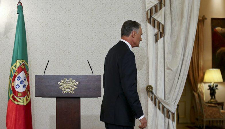 O presidente da República, Aníbal Cavaco Silva, abandona a sala depois de comunicar a data das eleições legislativas