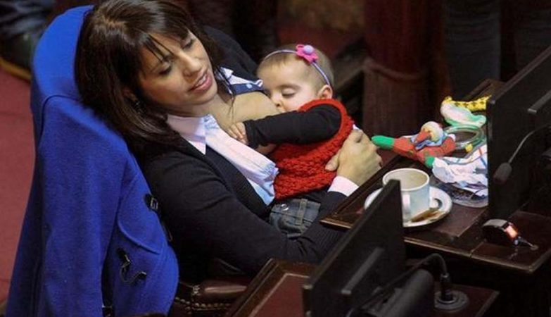 """Mamá full time. En plena sesión, Victoria Donda"": a deputada argentina Victoria Donda Pérez amamenta a filha de 8 meses em pleno Parlamento."