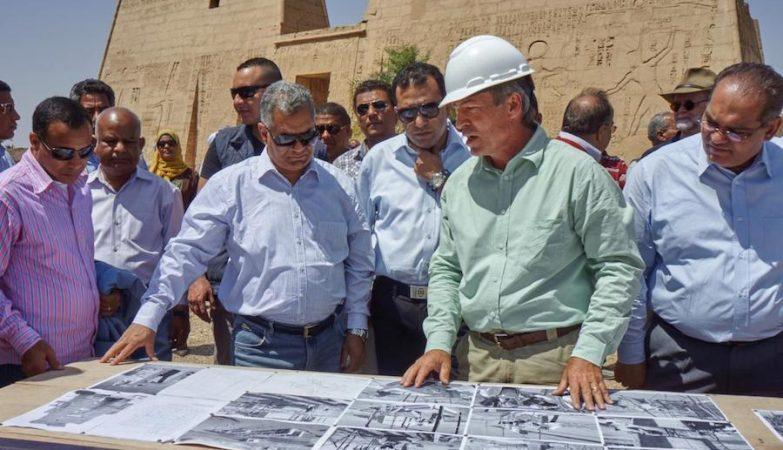 O ministro das Antiguidades do Egipto, Mamdouh el-Damati, com o governador de Luxor, Mohammed Sayed Badr