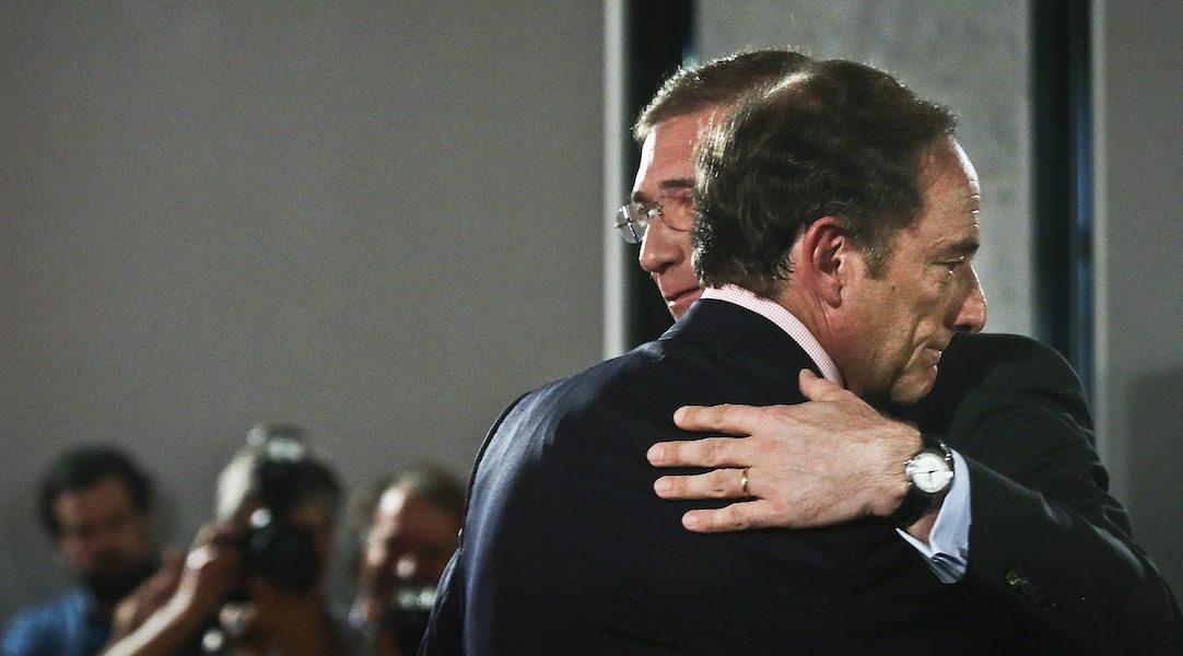 Pedro Passos Coelho, Paulo Portas, um abraço após a apresentação do programa eleitoral da coligação Portugal à Frente PSD/CDS-PP