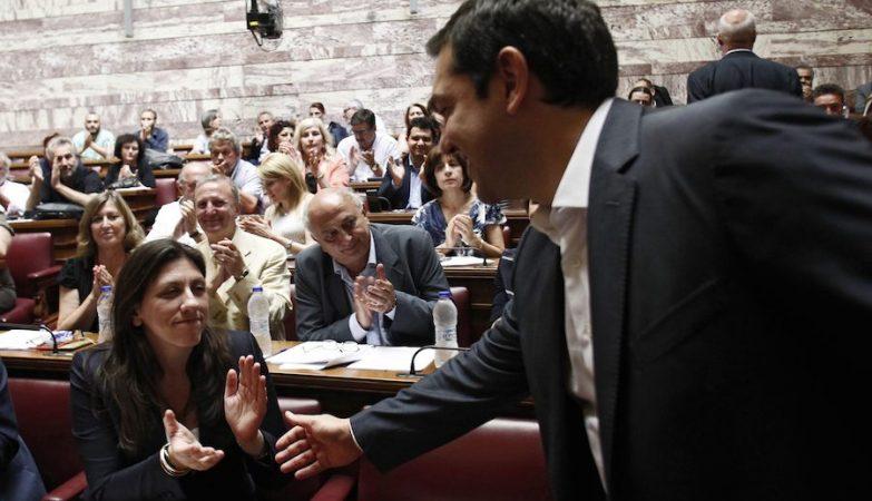 O primeiro-ministro da Grécia, Alexis Tsipras, cumprimenta a presidente do Parlamento, Zoi Konstantopoulou, que votou contra o acordo com os credores