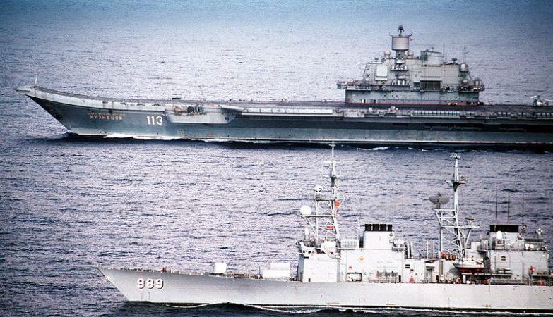 O porta-aviões Kuznetsov, navio-almirante da frota da Rússia no Atlântico norte, em 1991, escoltado pelo contratorpedeiro norte-americano USS Deyo.