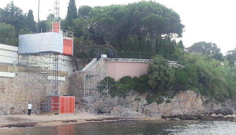 Elevador instalado na Praia de Mirandole à Golfe - Juan Vallauris, na Riviera, para uso do Rei da Arábia Saudita
