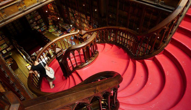 A famosa escadaria da centenária livraria Lello, na Rua dos Clérigos, no Porto