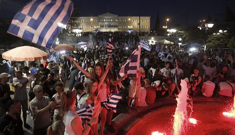 """Gregos comemoram na praça Sintagma, em Atenas, a vitória do """"Não"""" no referendo"""