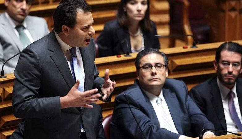 O líder parlamentar do PSD, Luís Montenegro, com Carlos Abreu Amorim e Miguel Frasquilho