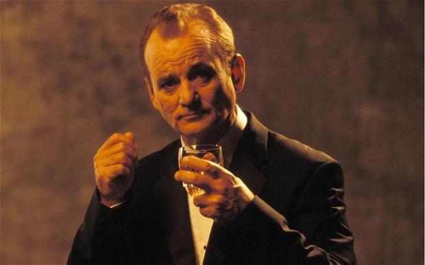 """Em Lost in Translation, a personagem de Bill Murray entra numa publicidade ao whisky da Suntory: """"It's Suntory Time"""""""