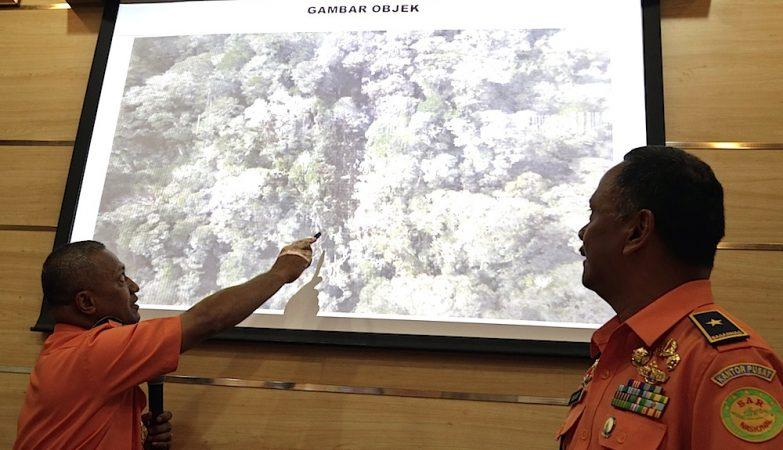 Operações de busca do avião da Trigana Air Services que se despenhou este domingo numa montanha na Indonésia