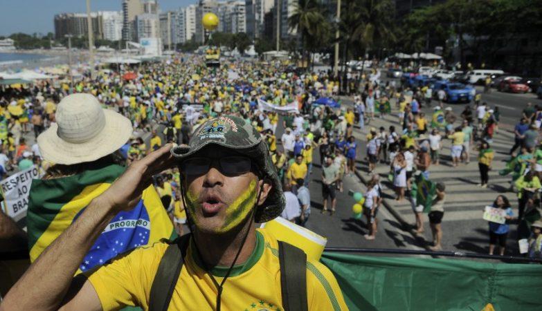 Manifestantes pedem o impeachement de Dilma Rousseff no Rio de Janeiro