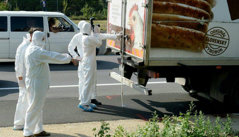 Mais de 70 refugiados foram encontrados mortos dentro de um camião numa autoestrada na Áustria
