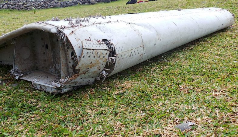 Peça da asa do Boeing 777 encontrada numa praia na ilha francesa da Reunião do voo MH370