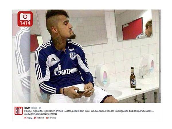 Boateng a fumar no balneário do Schalke 04.