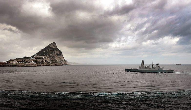 O contra-torpedeiro HMS Dragon da Royal Navy, a marinha britânica, aproxima-se de Gibraltar