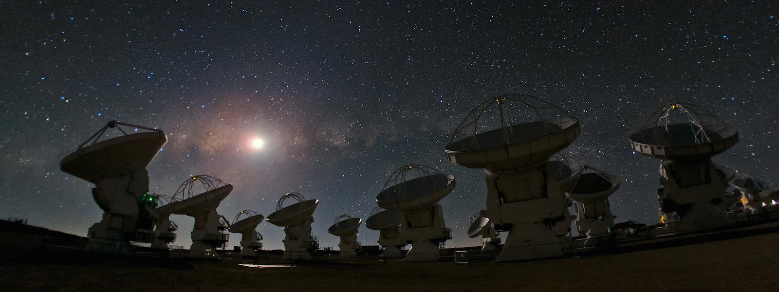 A rede de telescópios ALMA, nos Andes chilenos.  O Chile é chamado de 'olhos do mundo' por concentrar 40% da observação astronômica mundial