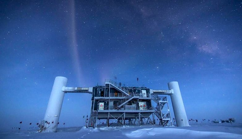 O IceCube Neutrino Observatory, na Estação Científica Internacional Scott-Amudsen, no Polo Sul