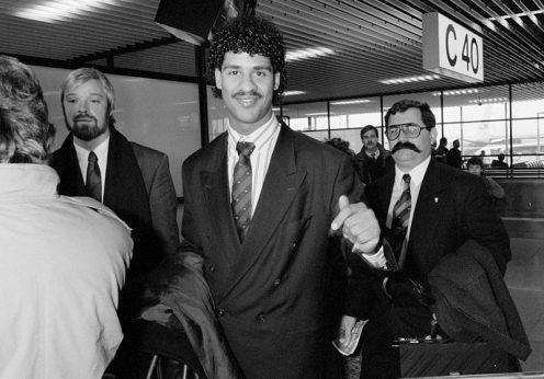 Frank Rijkaard chega a Lisboa com Jorge Gonçalves (dir.), fevereiro de 1988